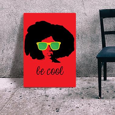 czerwony plakat na drewnie be cool