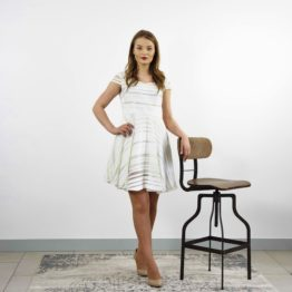 Biała sukienka mini w paski