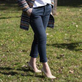 Ciemne spodnie jeansowe z przetarciami