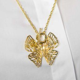 złoty naszyjnik z motylem
